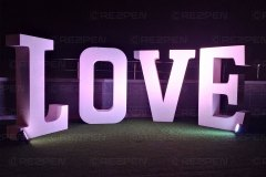 Большие буквы LOVE с подсветкой