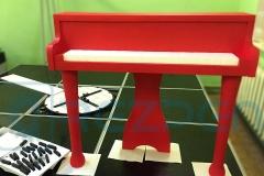 Красное пианино из пенопласта