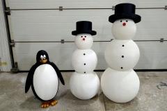 Фигуры снеговиков из шаров