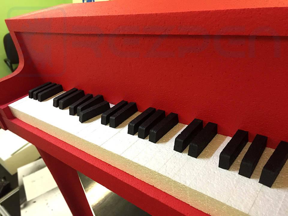 пианино из пенопласта для декора фотостудии