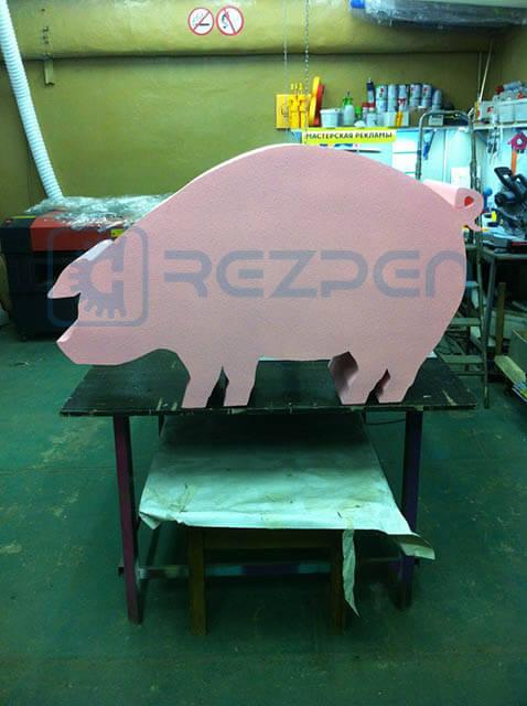 розовая свинья из пенопласта