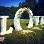 Арка «LOVE» для выездной регистрации на свадьбу